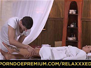RELAXXXED - Czech Bella Baby pokes insane massagist