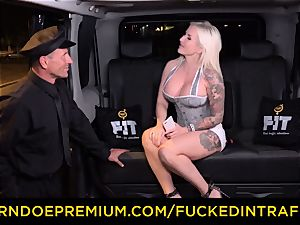 screwed IN TRAFFIC - sultry blondes car triangle penetrating