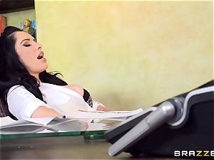 sweetie Bella Maree gets serviced by her worker