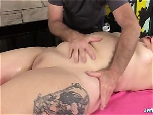 A masseuse Turns a massage into an ejaculation Session for plumper Calista Roxxx