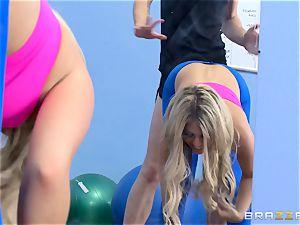 Gym stunner Madelyn Monroe eyes a large pipe