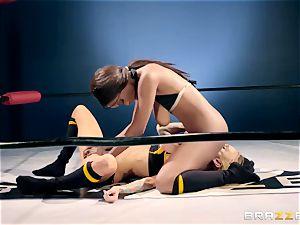 Sarah Jessie, Jezabel Vessir - black vs. white. intercourse Battle in the ring