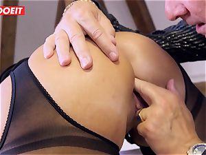 German assistant dirty dances Her butt On Her boss Desk