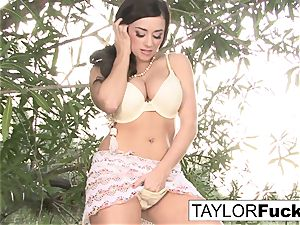 Taylor plays with her cunny outdoors