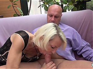 La Cochonne - French mature gets her butt crevasse gaped